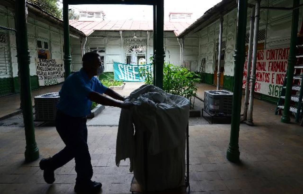 El sindicato colocó varias pancartas en el hospital nacional Rosales. Foto EDH / Mario Amaya