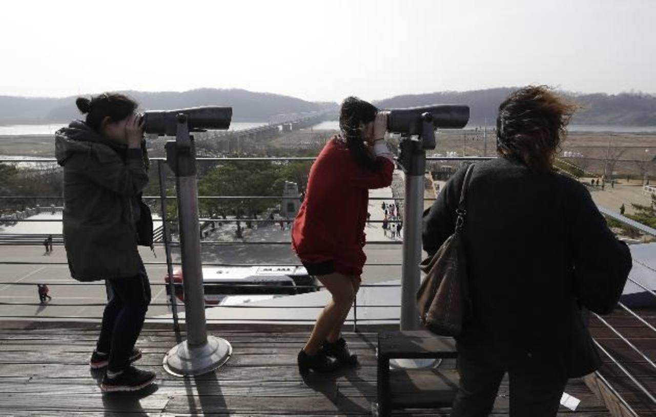 Surcoreanos observan las costas de Norcorea.