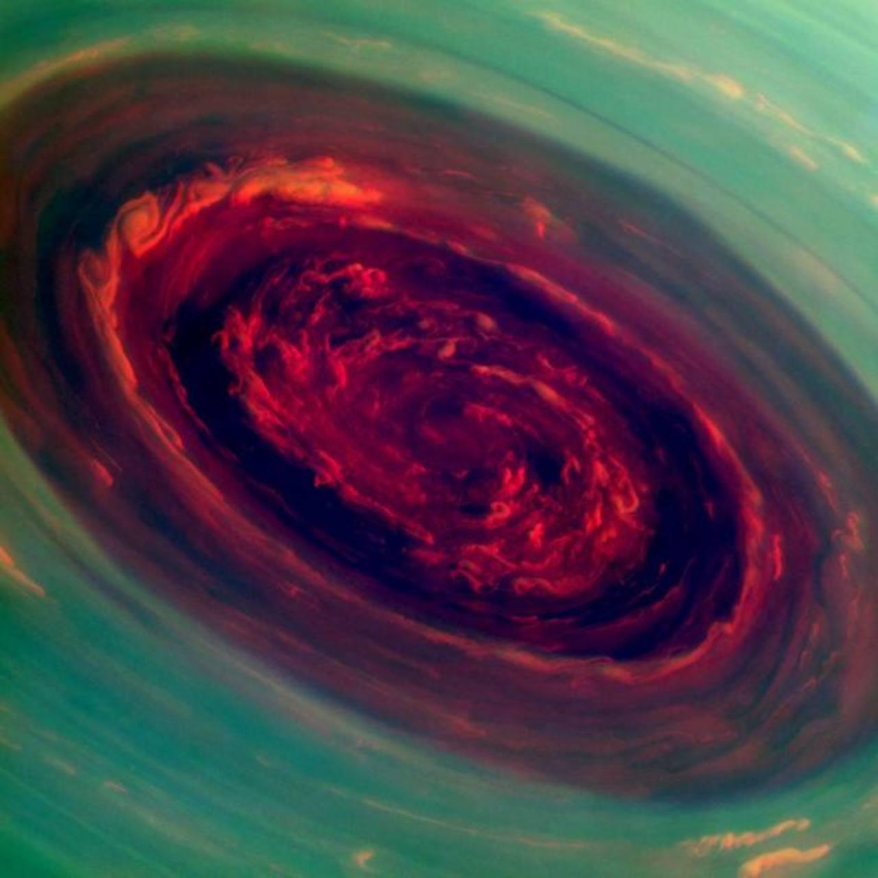Imagen de un gigantesco huracán en el Polo Norte de Saturno que tomó la sonda espacial Cassini de la NASA. Foto/ AP