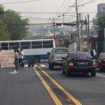 Sindicalistas cerraron frente al hospital Rosales, afectando el tráfico vial que viaja hacia el Parque Cuscatlán. Foto vía Twitter Claudia Castillo