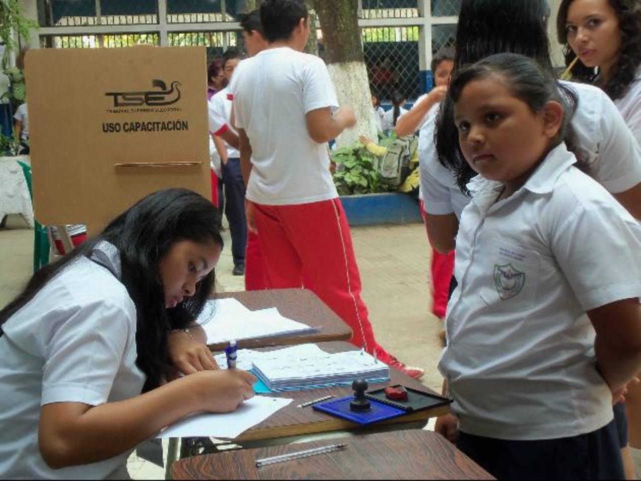 Alumnos reprodujeron el proceso electoral en centro escolar Foto EDH / Mauricio Guevara