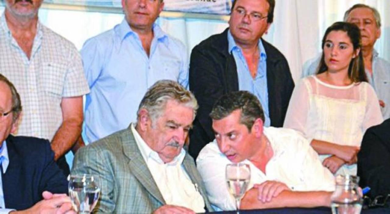 Charla entre el presidente uruguayo José Mujica y el gobernador Carlos Enciso, cuando un micrófono abierto les jugó una mala pasada.