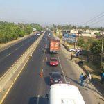 Una mujer no identificada murió tras ser atropellada sobre el km 23 de la carretera a Quezaltepeque, municipio de Nejapa. Foto vía Twitter Claudia Castillo
