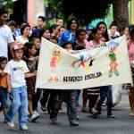 """Padres de familia, niños, adolescentes y jóvenes voluntarios caminaron dos kilómetros portando carteles pidiendo a las instituciones de Educación Superior """"mejores oportunidades""""."""