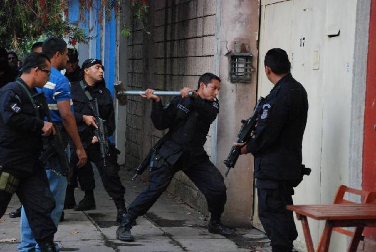 Debido a que la abuela materna de los menores se negaba a abrir la puerta y entregar a los niños, la Policía se vio obligada a utilizar la fuerza para ingresar. Foto EDH / Cristian Díaz.