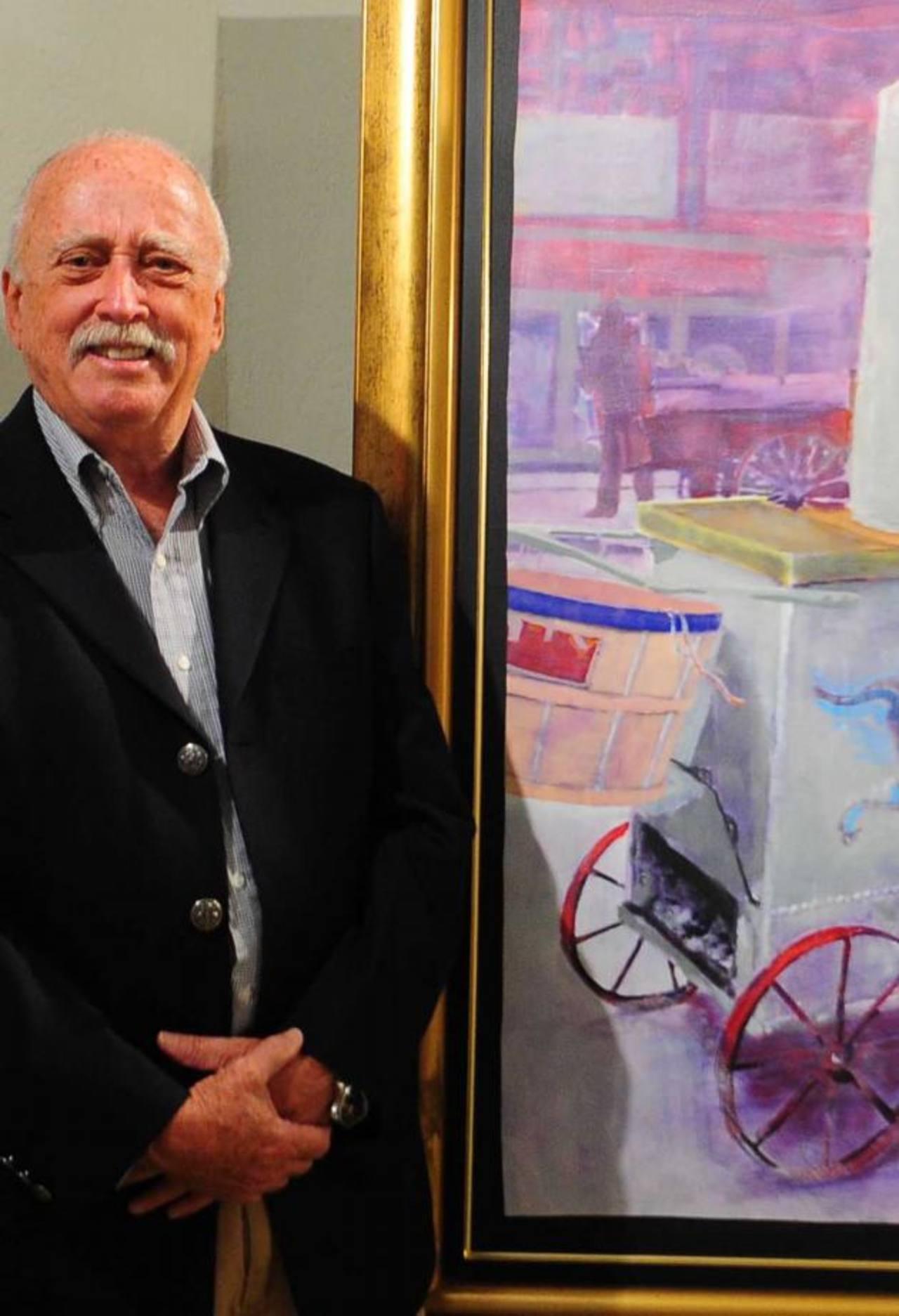 David Smokler posa junto a sus obras en el MUA. Fotografías / EDH Lissette Lemus
