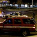 Vehículos de la Policía y los bomberos pasan a varias cuadras del sitio de un tiroteo que según las autoridades dejó cinco personas muertas. Foto/ AP