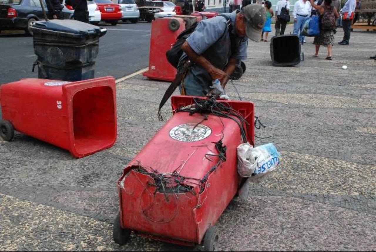 Los miembros del sindicato se quejan de que muchos de los recipientes que utilizan han sido remendados para continuar usándolos, lo que les impide realizar un mejor trabajo de recolección de desechos. Foto EDH / MILTON JACO