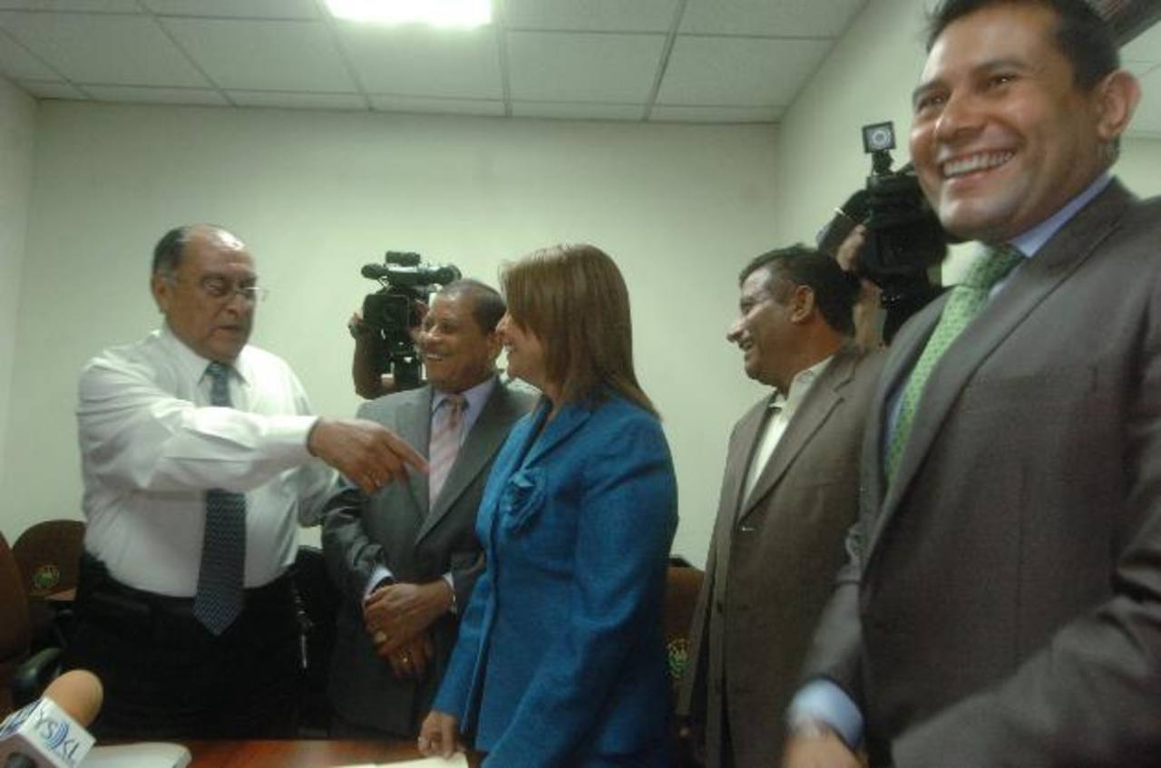 Sigifredo Ochoa Pérez (izquierda), Santos Adelmo Rivas, Claudia Ramírez, Jesús Grande y Rigoberto Soto. foto edh /