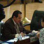 El diputado del PCN, Serafín Orantes, conversa con su colega del FMLN, Norma Guevara.