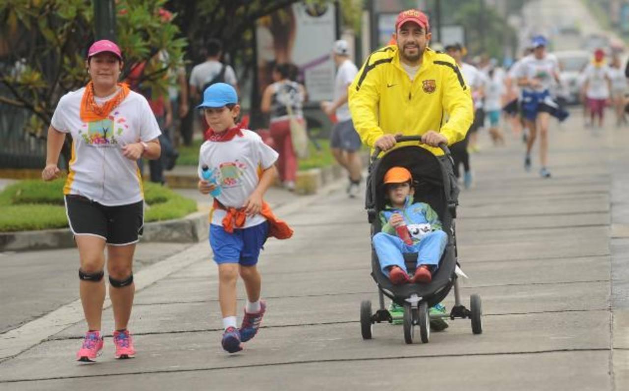 Los participantes llegaron a correr en familia. fotos edh / lissette monterrosa