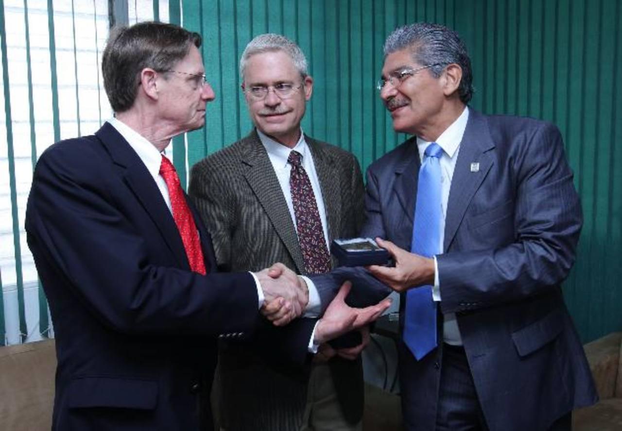 Dan Fisk (izquierda) recibe un reconocimiento por parte del alcalde Norman Quijano. foto edh / cortesía