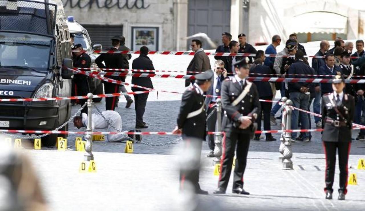 Dos policías y una mujer resultaron heridos en una balacera en el exterior de la sede del gobierno italiano en Roma. Foto/ Reuters