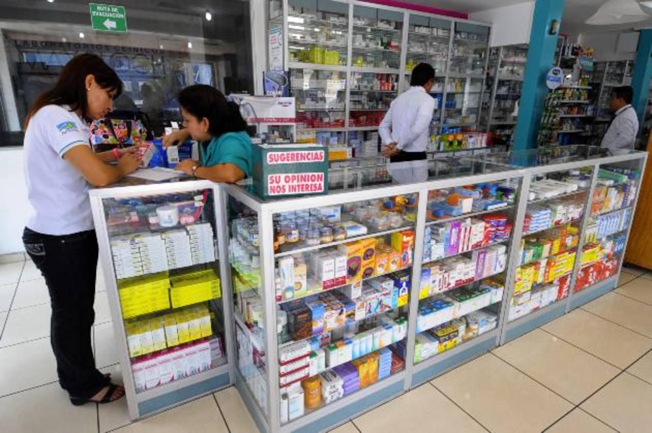 Personal de la Defensoría del Consumidor verifica los nuevos precios de los medicamentos. Foto edh / archivo
