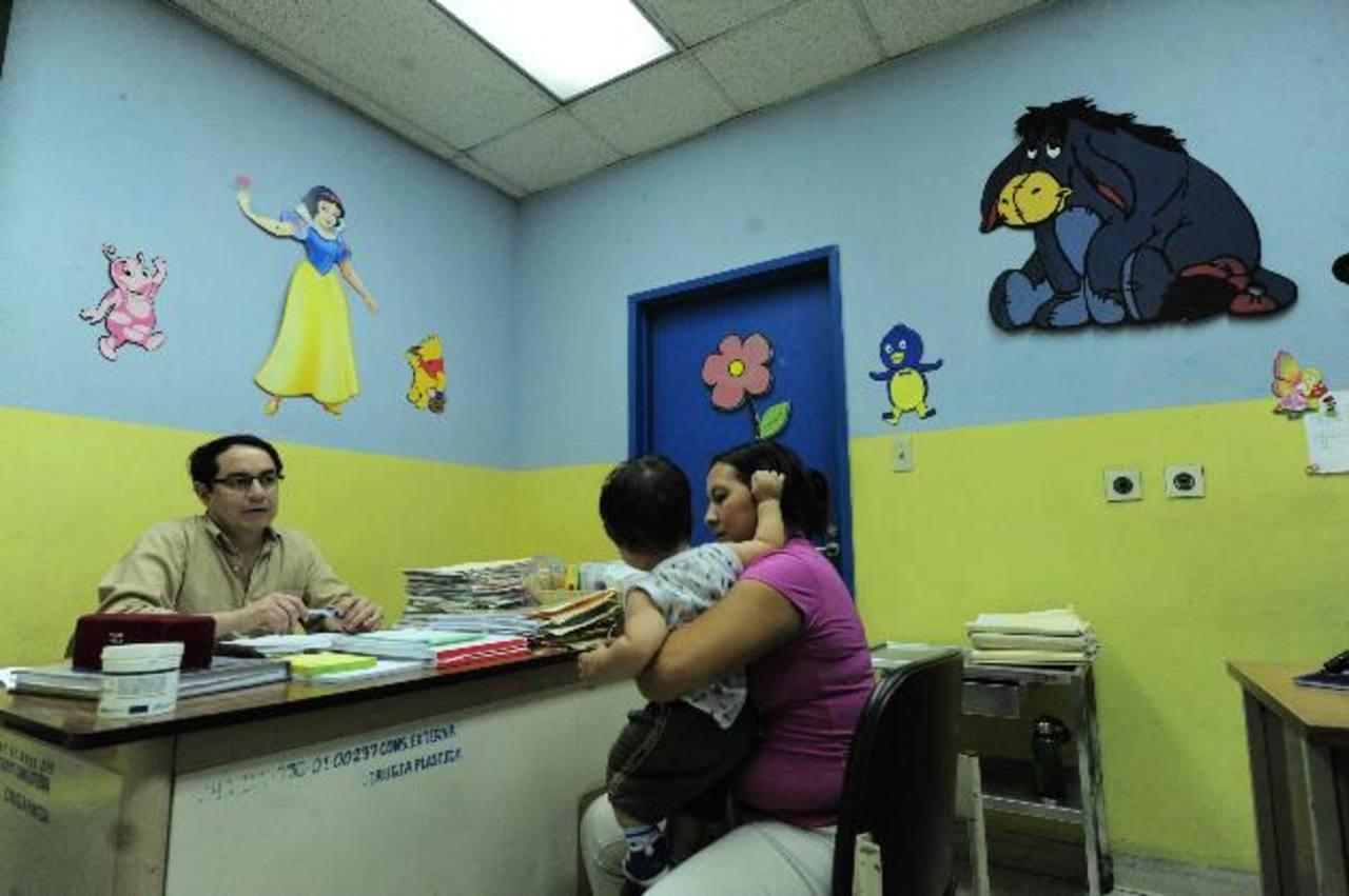 Una madre pasa consulta con su hijo ante un neurocirujano del hospital Bloom. Foto EDH / Omar carbonero