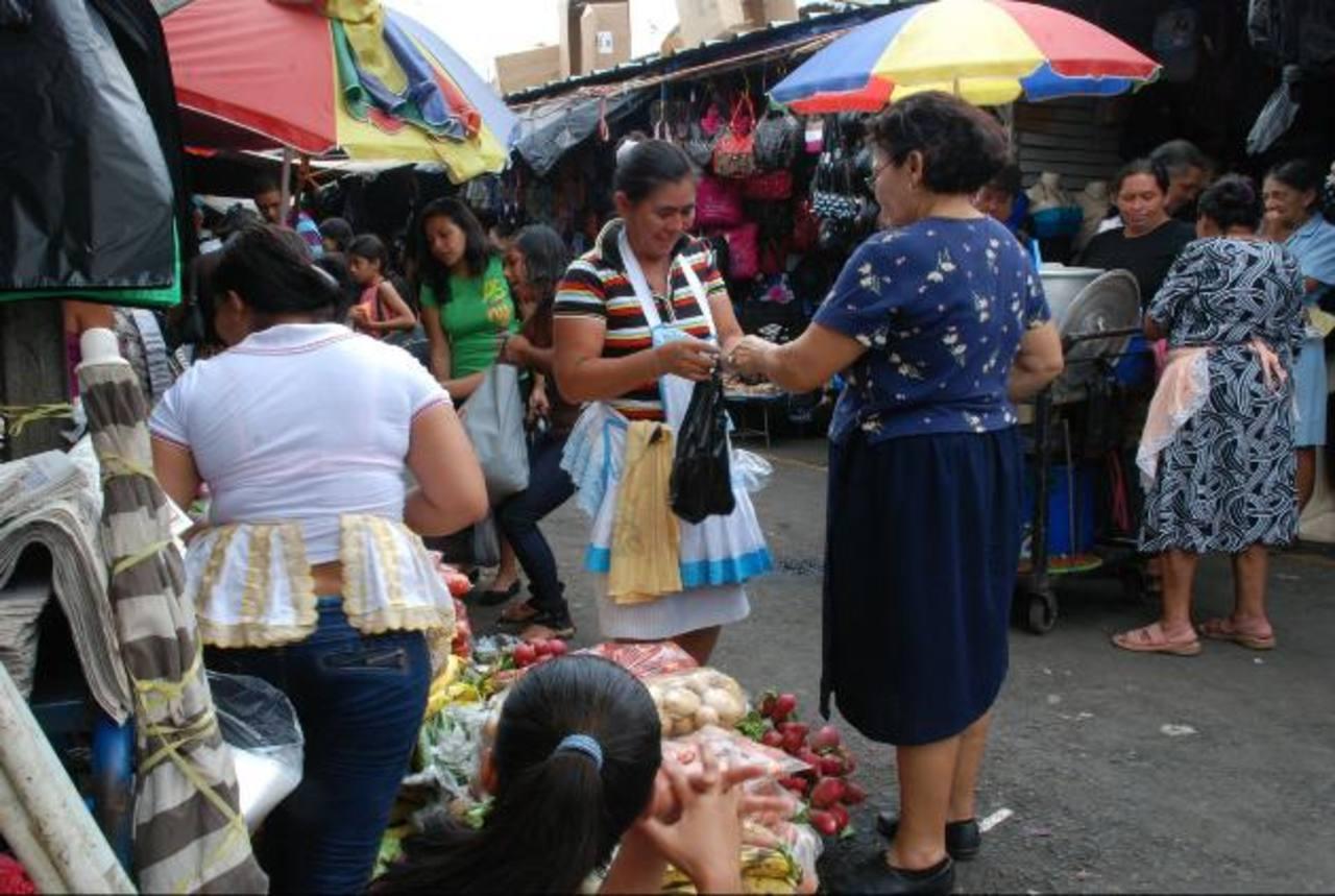 Se estima que diariamente se quedan en el país 200 extranjeros, la mayor parte proveniente de Nicaragua. Foto EDH / Lucinda QuintanillaEl mercado laborar informal en el oriente del país lo ocupan, principalmente, los nicaragüenses, hondureños y guate