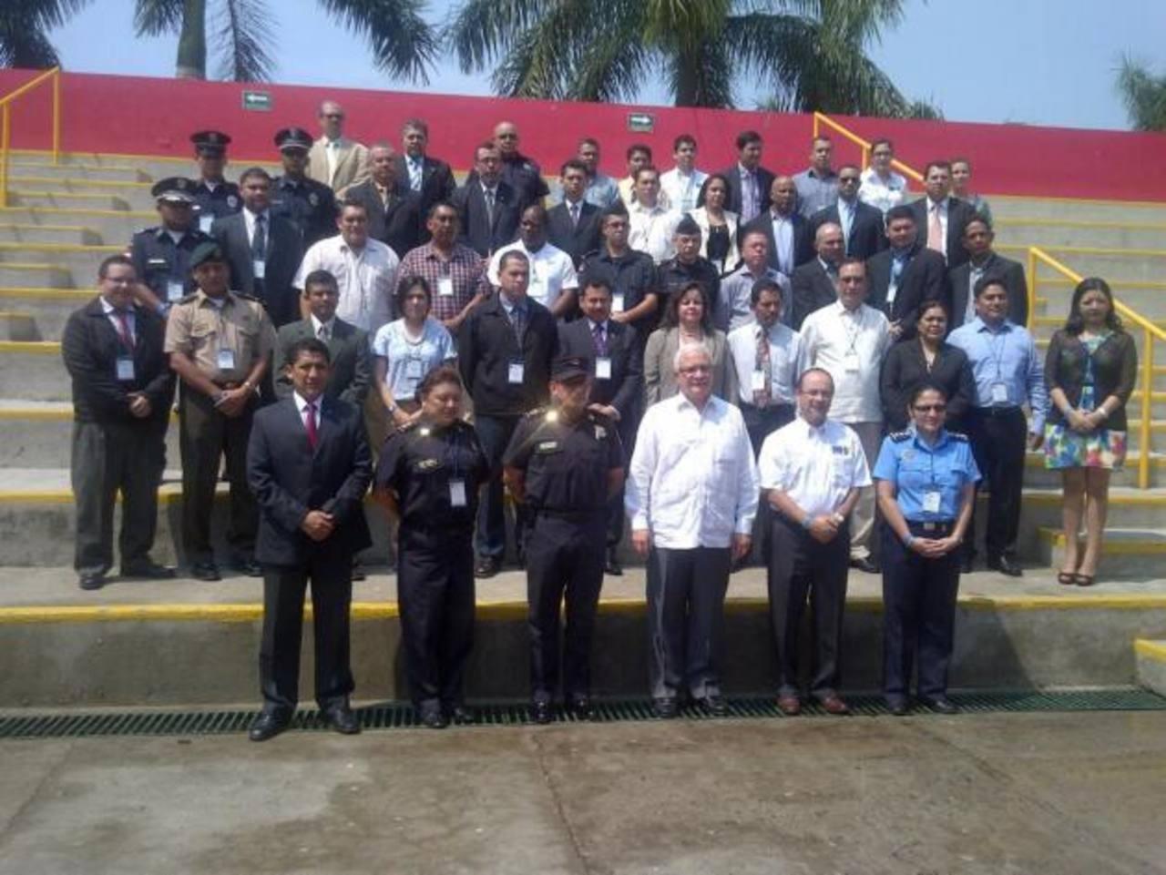 Funcionarios de varios países de Centroamérica analizan en San Salvador el tráfico de armas. FOTO EDH Cortesía PNC.