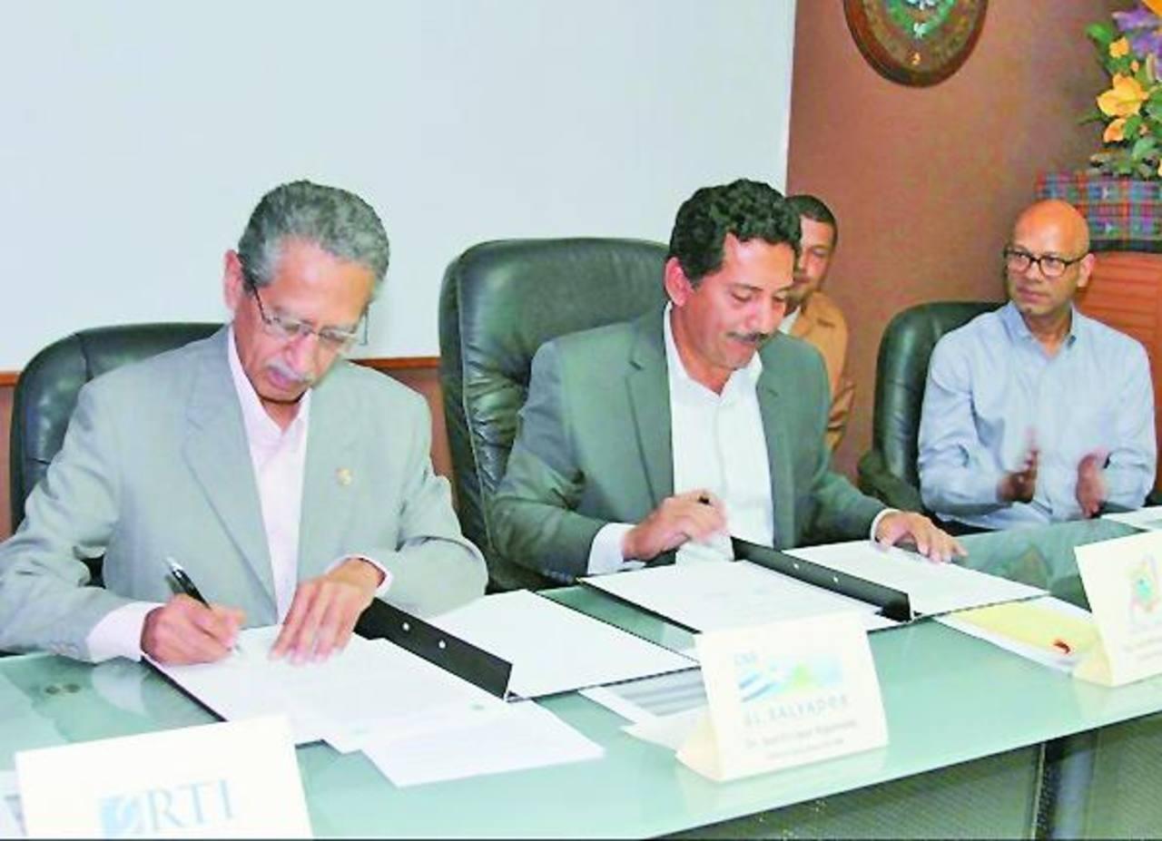 La firma del convenio se llevó a cabo en la alcaldía de Izalco, en Sonsonate. Foto EDH / Cortesía