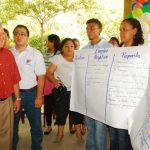 Jóvenes de distintos sectores de San Miguel recibieron ayer por la mañana al candidato del FMLN. foto edh / Insy Mendoza