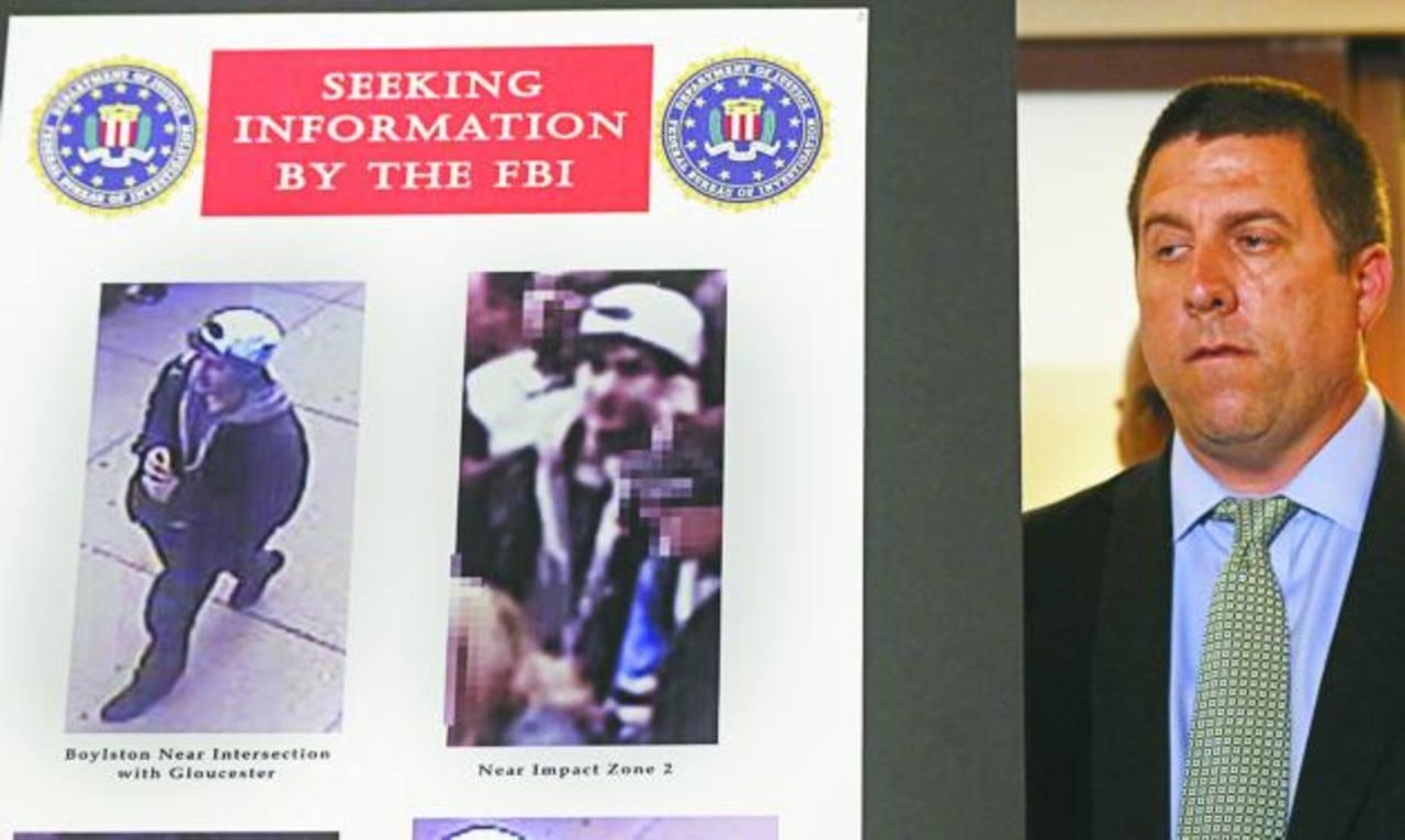 """El """"sospechoso 1"""" usaba una gorra de béisbol oscura y el """"sospechoso 2"""" una gorra blanca puesta al revés y se lo veía dejando su mochila en el piso, destacó el FBI. foto edh /reuters"""