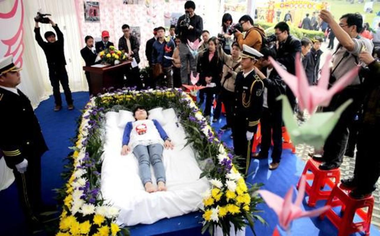 Organiza su funeral para disfrutarlo en vida