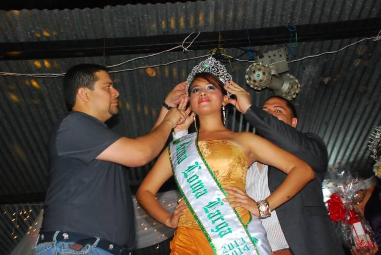 El alcalde de La Unión Ezequiel Milla asistió a la coronación de la reina de los festejos de Loma Larga. Pese al ambiente festivo hay temor por la falta de seguridad. foto edh / insy mendoza