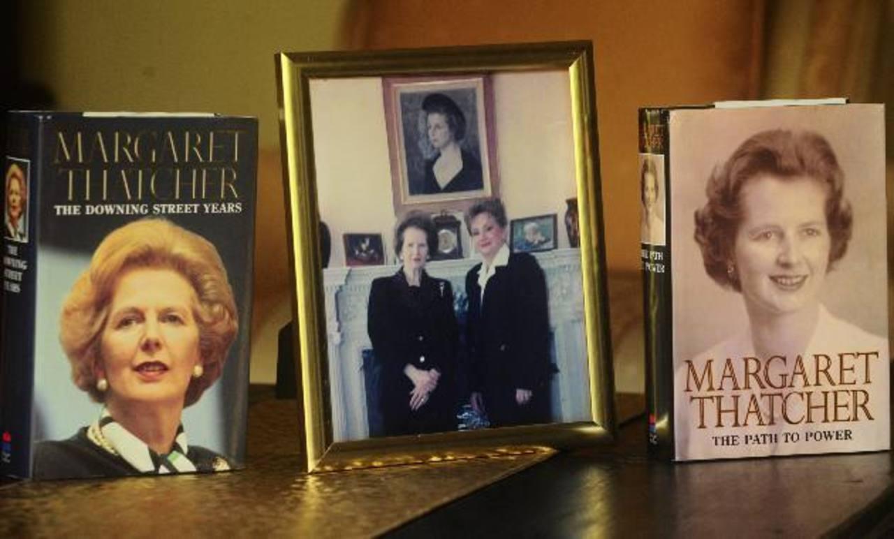 La expremier británica Margareth Thatcher con la entonces presidenta de la Asamblea, Gloria Salguero Gross. foto edh / omar carbonero