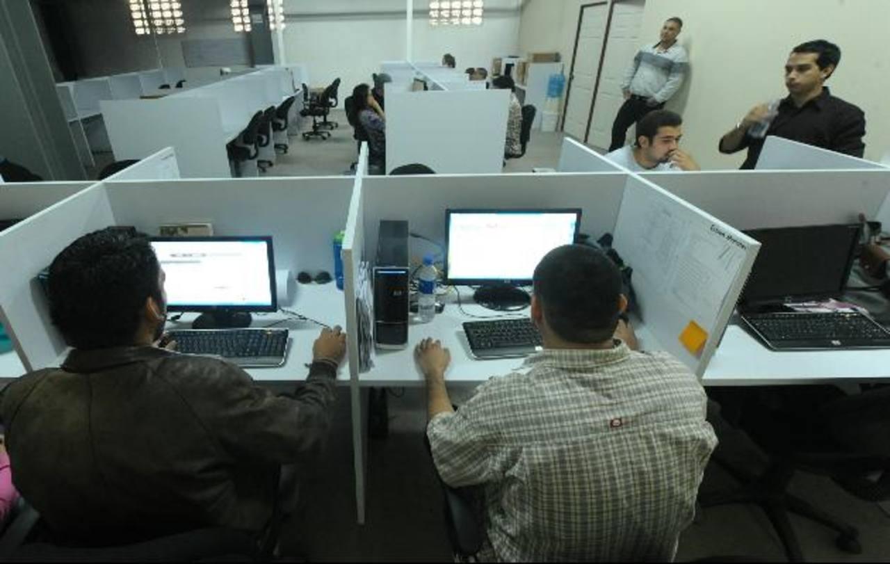 """Los """"call center"""" deben integral las redes sociales a su forma de atender a los clientes. Foto EDH/archivo"""