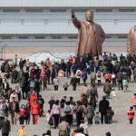 Pobladores visitaban este 15 de abril las estatuas de los líderes norcoreanos, Kim Il Sung (izquierda) y su hijo Kim Jong Il, en Pyongyang. Foto/ AP