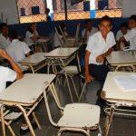 La imagen muestra el mobiliario con el que cuenta actualmente la escuela de barrio La Fátima, en donde mil 100 alumnos reciben sus clases por turnos ante la falta de pupitres. foto edh / insy mendoza