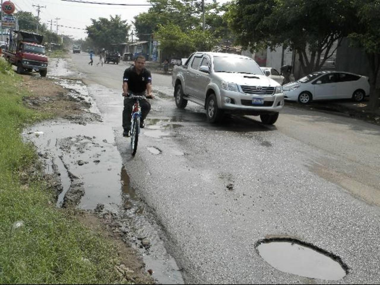 En la calle Las Cruces, en la Aldea San Antonio, la falta de drenajes de aguas lluvias y de un andén tienen preocupados a los residentes del sector. Foto EDH / Milton Jaco