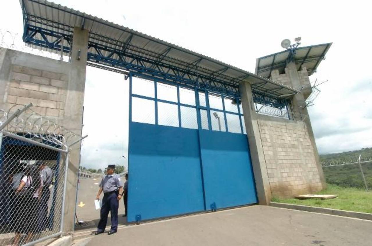 El director de Centros Penales, Nelson Rauda, destacó que, de los más de 1,300 reclusos en Mariona, miembros de la pandilla 18, hay varios que no están dispuestos a hacer cambios radicales en su vida como para dejar de delinquir. Foto EDH / Archivo