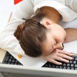 Cansancio durante más de 24 horas después de realizar un ejercicio leve es un síntoma del síndrome de fatiga crónica.