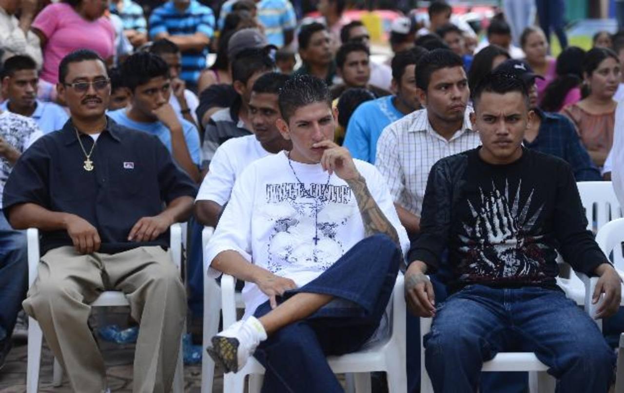 Miembros de pandillas en La Libertad, durante la declaratoria de ese municipio como libre de violenciaen marzo pasado. FOTO EDH/ARCHIVO