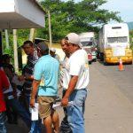 Los pagos excesivos en el comercio son una de las razones que complica la economía. Foto EDH / archivoEl transporte regional tiene bajo presión al gobierno.