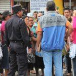 Vendedores agredieron a agentes de la PNC y del CAM con tubos de hierro, palos y morteros de alto poder. Foto edh / cortesía