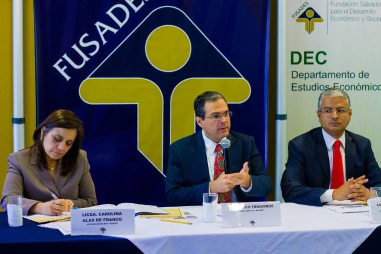 Carolina Franco de Alas, Álvaro Trigueros y Pedro Argumedo, de Fusades. Foto EDH /cortesía