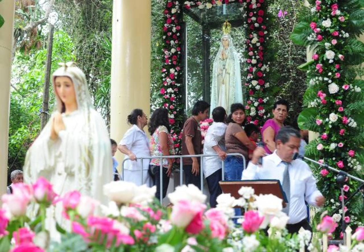 Católicos de todo el país y extranjeros participan de la celebración en honor de la Virgen de Fátima en el Cerro Las Pavas, Cojutepeque, Cuscatlán. Foto/ Archivo