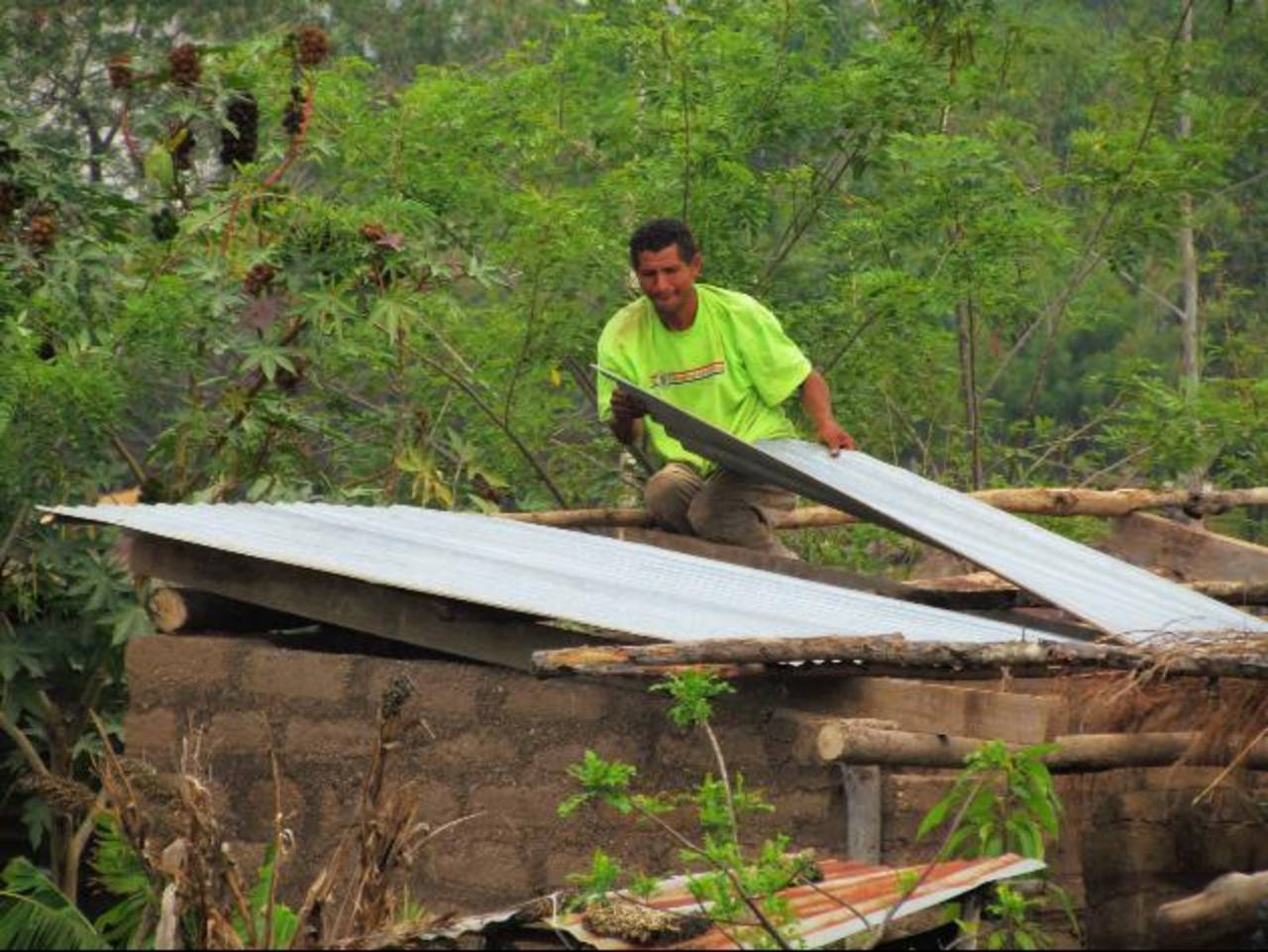 A falta de ayuda de las autoridades de las autoridades municipales, los afectados han reparado algunos techos con dinero de su bolsillo. Foto EDH / Mauricio Guevara