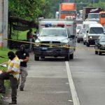El procesamiento de la escena del doble asesinato provocó un fuerte congestionamiento vehicular que se prolongó hasta cerca de las 10:30 de la mañana. Foto EDH Éricka Chávez