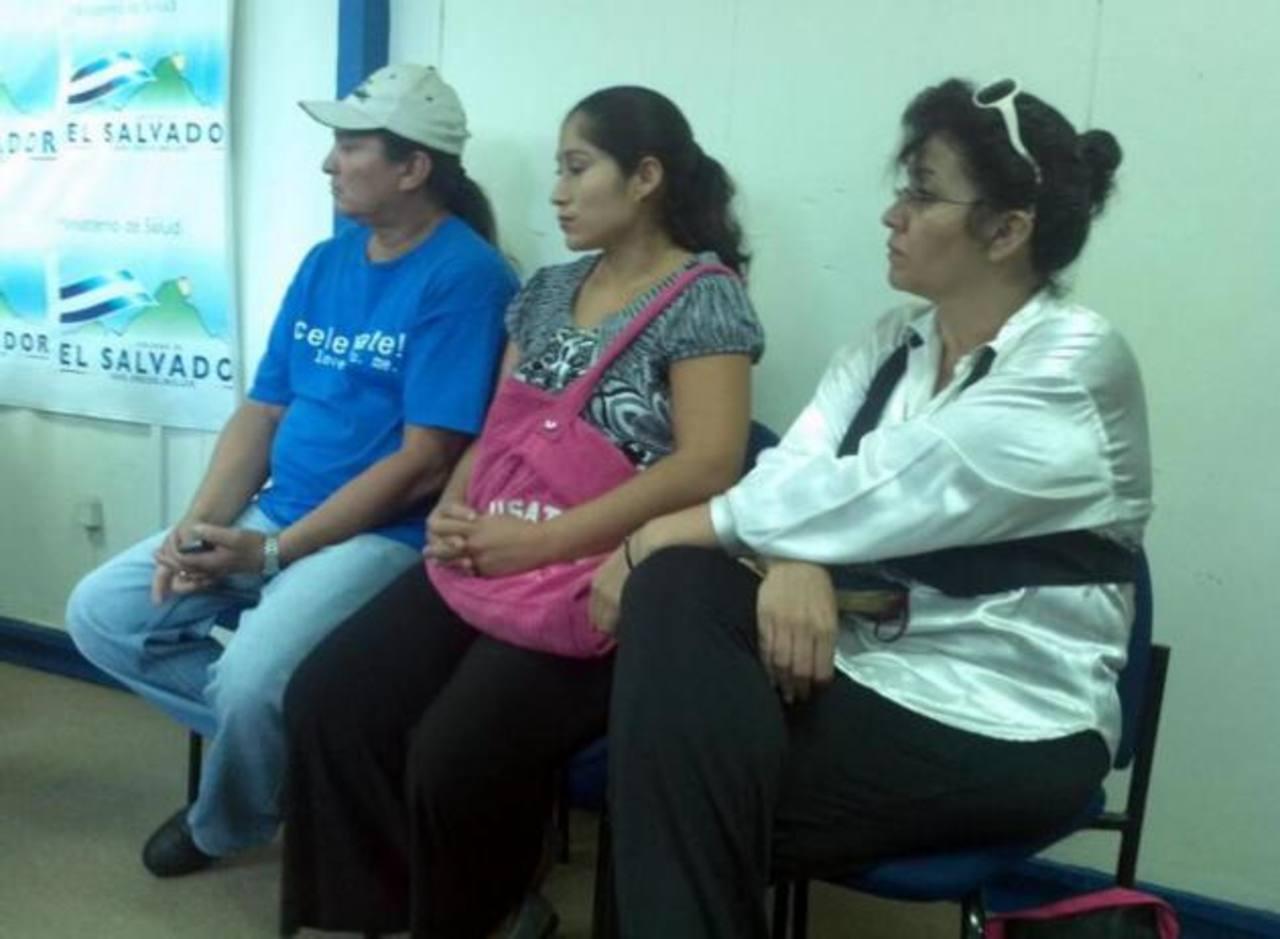 Los padres del niño estuvieron durante la conferencia de prensa. FOTO EDH Yamileth Cáceres