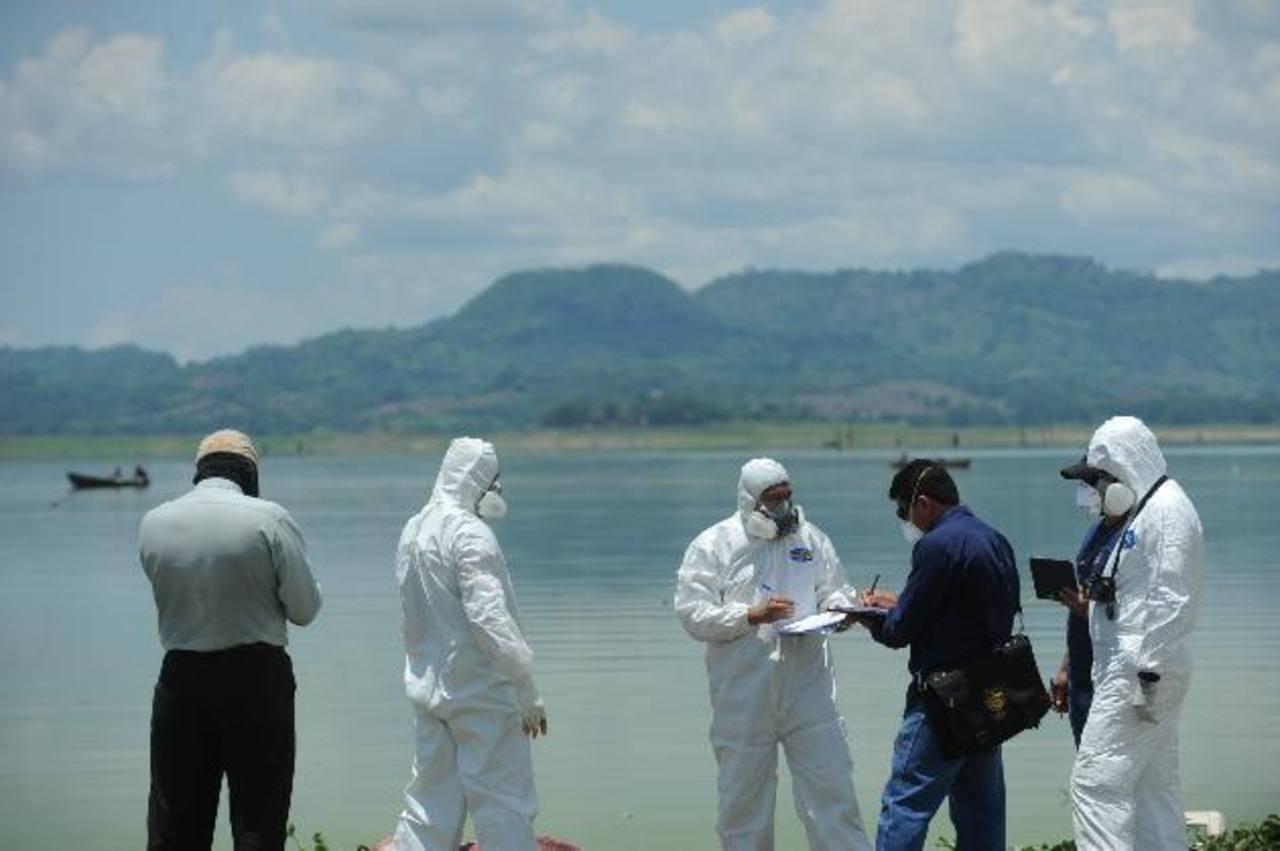 Foto EDH / Lissette MonterrosaEl cadáver de Douglas Munguía Escobar fue hallado ayer por pescadores en el embalse del Cerrón Grande. Las autoridades presumen que sus asesinos lo lanzaron al río y la corriente lo llevó hasta Santa Rita. Falta localiza
