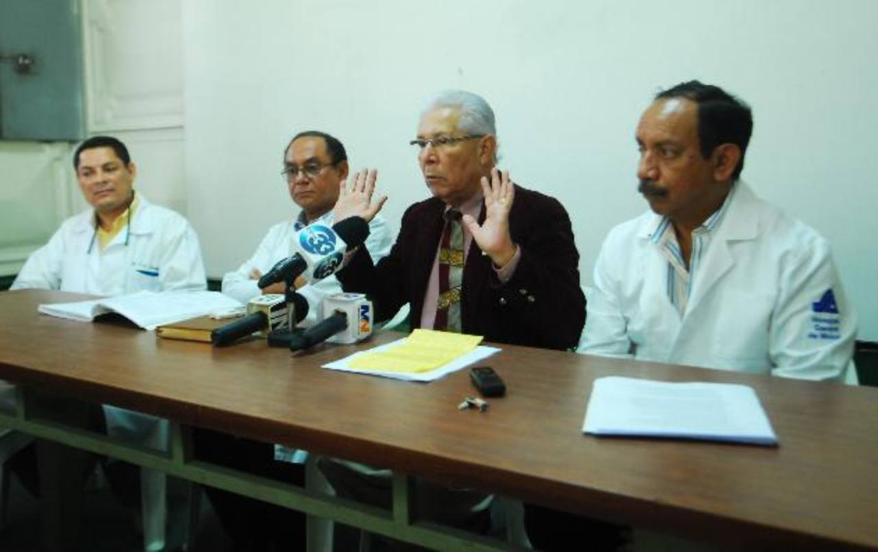 Miembros de la comisión de Médicos del Departamento de Cirugía del Hospital Rosales anunciaron ayer que suspenderán las operaciones electivas. Foto EDH / Marlon Hernández