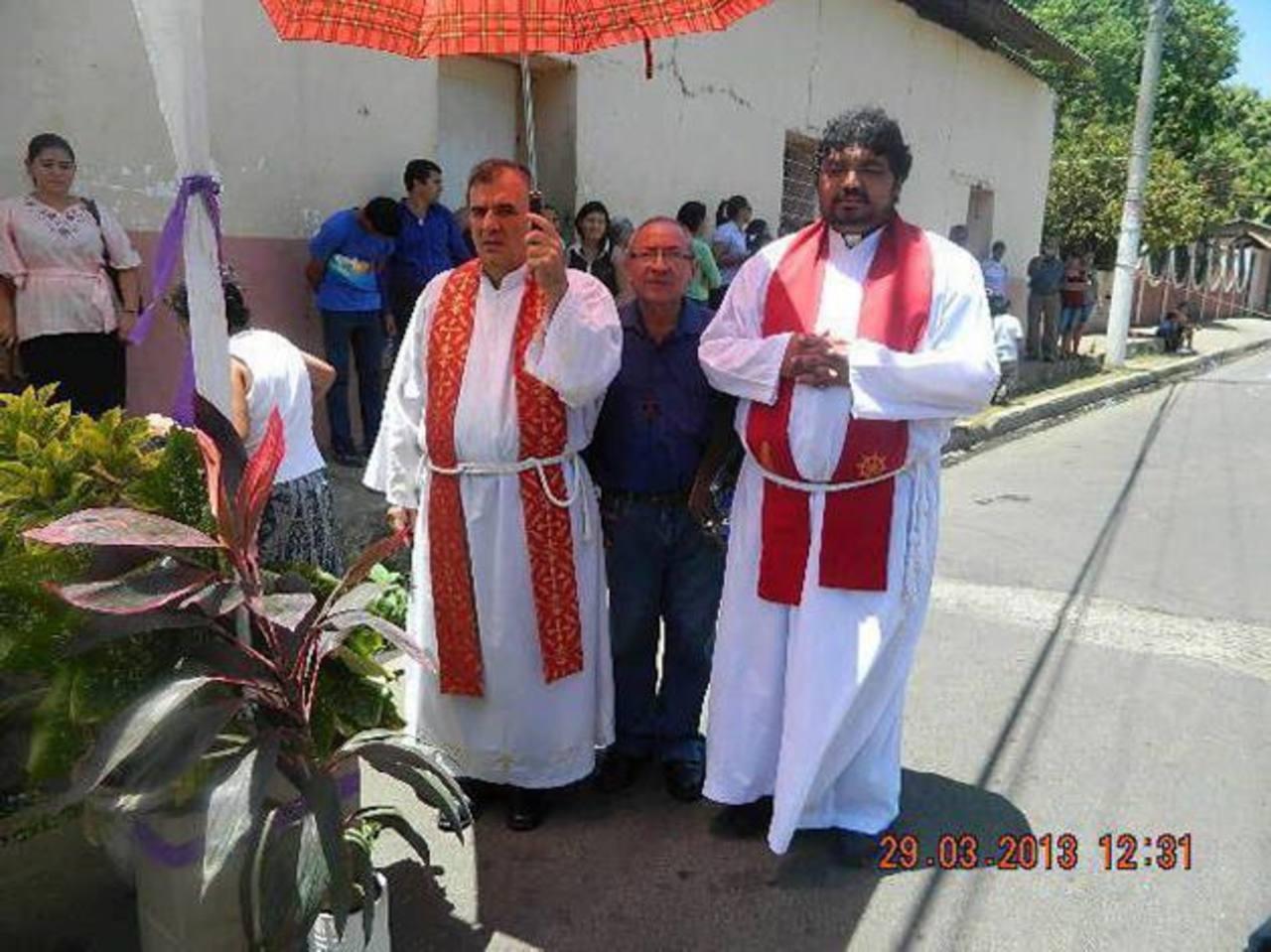 El cura impostor Mario Quintanilla (de barba) en una procesión de Semana Santa, junto al párroco Fernando Alvarado. foto edh / Francisco Torres