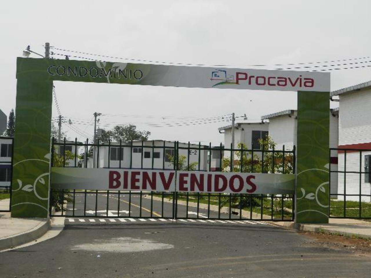 Esta es la entrada principal a uno de los proyectos habitacionales que financió Fonavipo y que no ha logrado atraer a los clientes, debido a los altos precios. Fotos edh/Milton Jaco