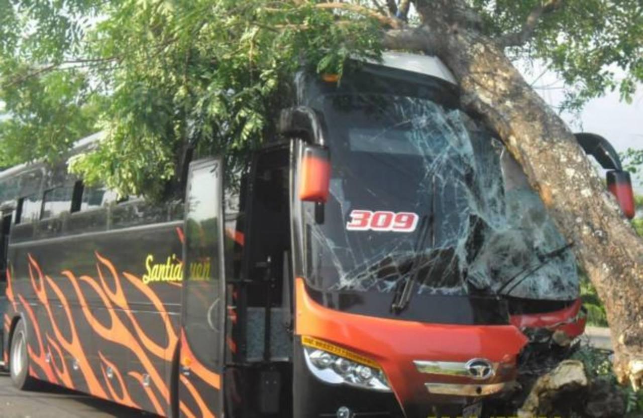 Por aparente descuido el chofer de este bus se estrelló ayer.