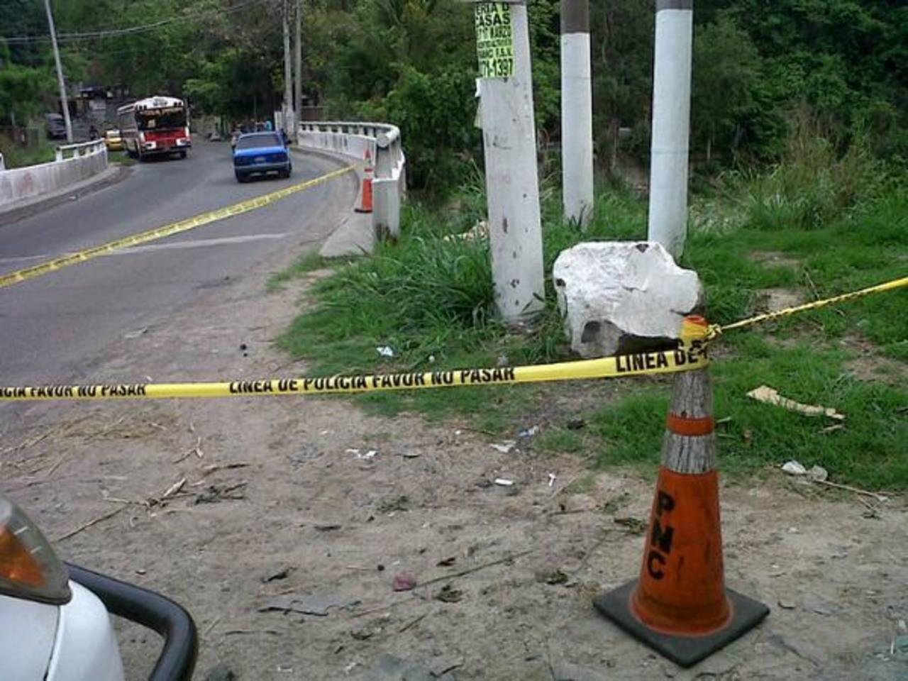 El cadáver de un hombre fue localizado en las cercanías del puente Agua Caliente, Soyapango. Foto vía Twitter Jaime Anaya