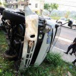 Fallas en los frenos provocaron que el conductor de este microbús de la ruta 44 optara por estrellarse en un paredón de la Santísima Trinidad y volcara. Ocho pasajeros resultaron heridos. Fotos EDH / Claudia Castillo