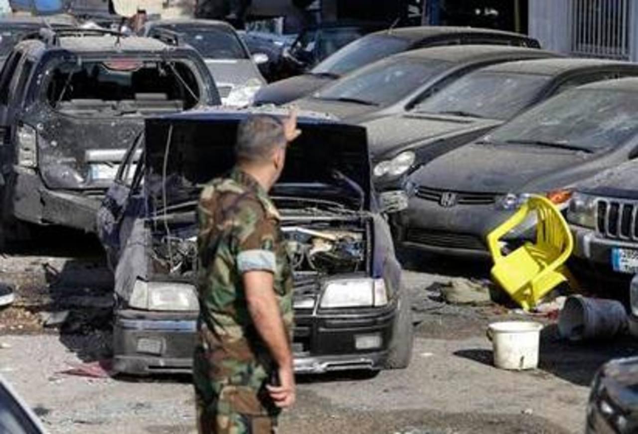 Un soldado observa coches dañados por un cohete en una calle del distrito de Mar Mikhael, en el sur de Beirut. Foto/ AP