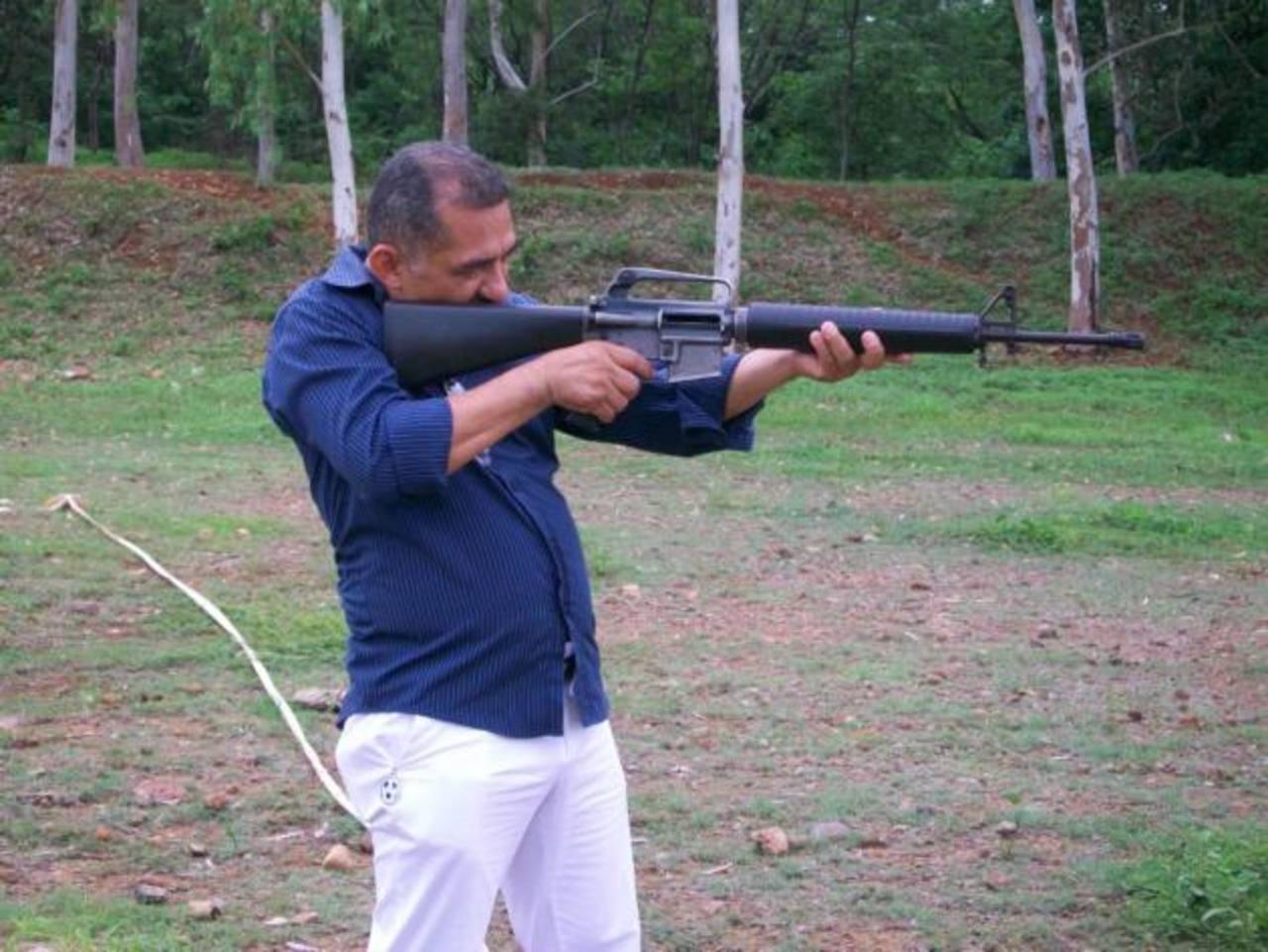 En la gráfica se aprecia a Salinas disparando con un fusil M-16 que parece viejo, lo que no es congruente con el argumento de que era una empresa que llegó a mostrarlo. Foto EDH